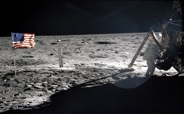 Apollo-11---Neil-armstrong---Pas-pour-l-humanite---Drapeau.jpg